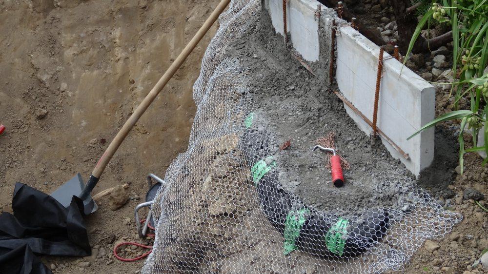 Ausweitungen für den Pflanzrand und seitlichen Verstärkungen gegen den Wasserdruck