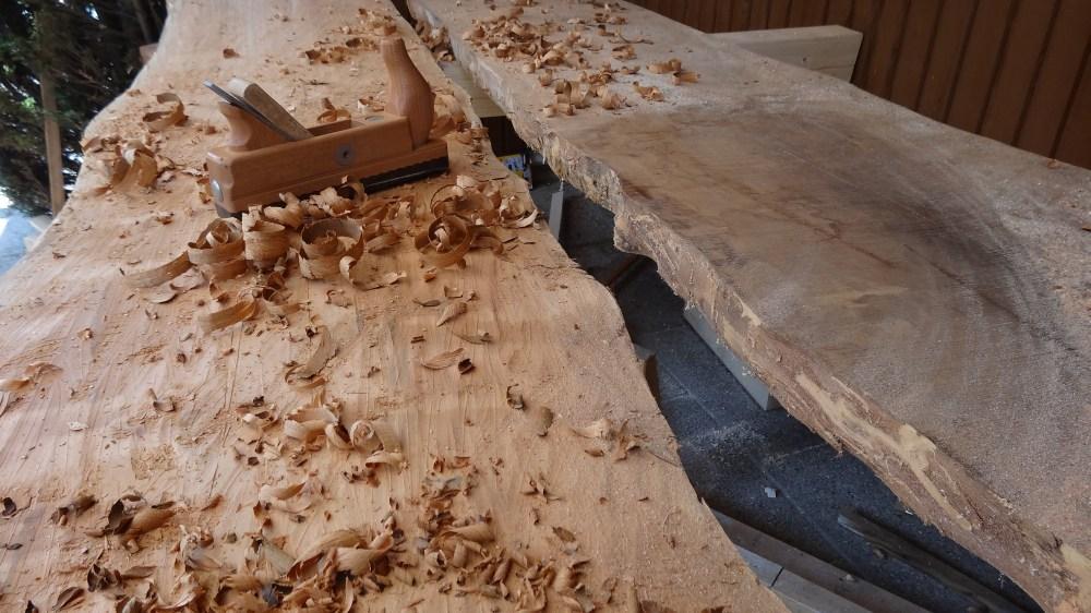 Tischblatt wird handgehobelt und Flächenbearbeitet