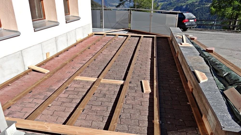 Unterkonstruktion für den Terrassenbelag. Abgehoben ab Untergrund und mit unverrottbaren Unterlageplättchen abgehoben