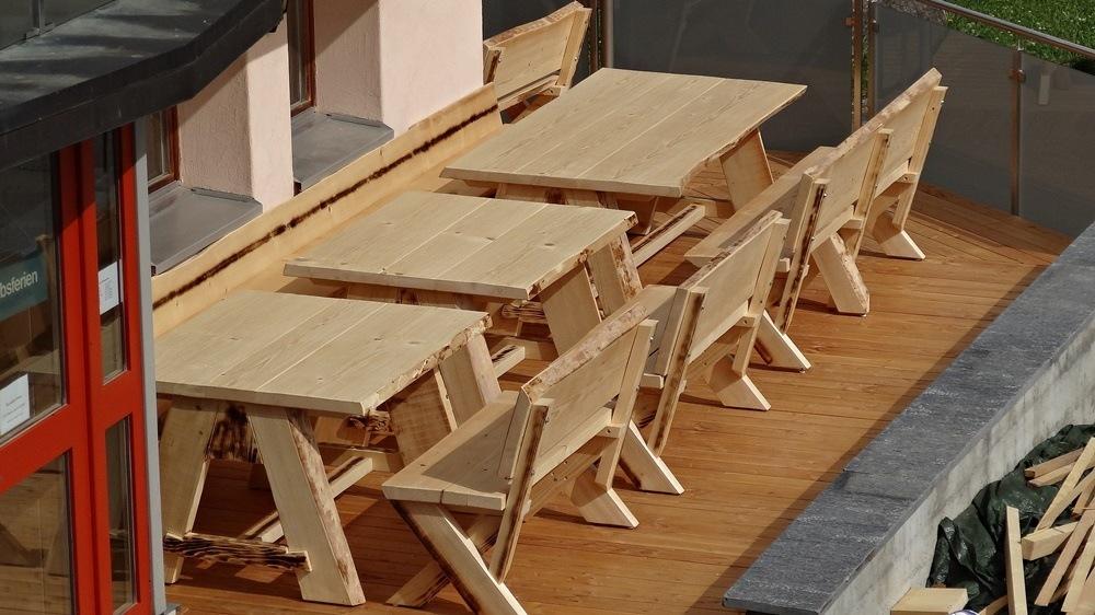 Sämtliche Tische und Bänke sind ausgerichtet und die Füsse auf die Höhe eingestellt