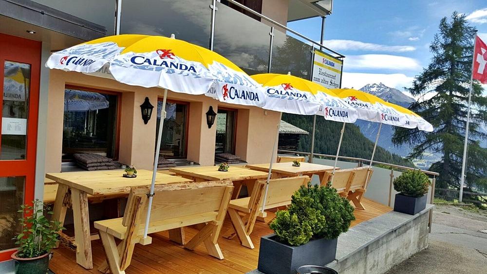 Bänke mit integrierter Halterung für die Sonnenschirme