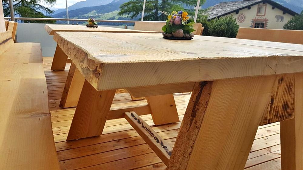 Sämtliche Tischkonstruktionen sind mit Schwalbenschwanzverbindungen für die Ewigkeit in Wind und Wetter gebaut