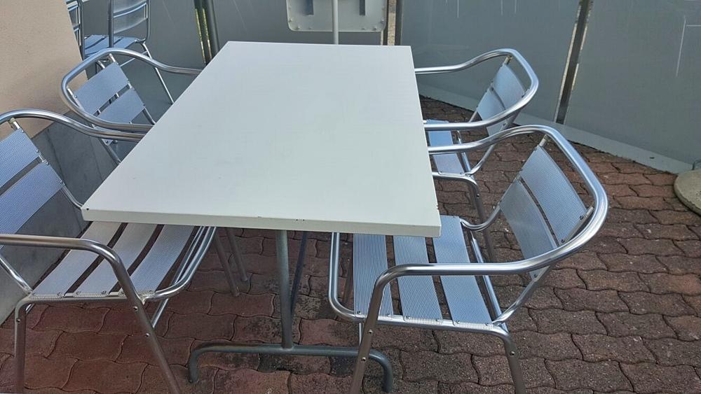 VORHER: Mit Alutischen und Blechstühlen und 2 verschiedenen Beton- und Steinböden