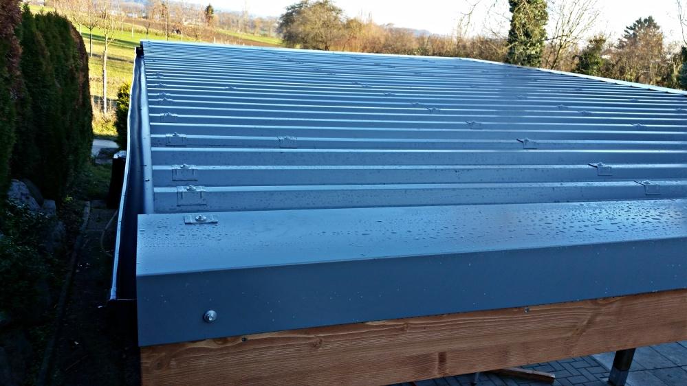 Ein neue Dachkännel garantiert den kontrollierten Wasserabfluss des Daches wieder