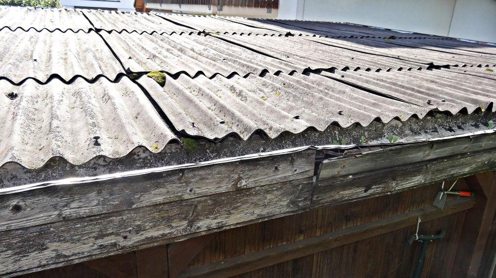 Alte marode Dachbeplankung welche das Wasser nicht mehr zurück hält