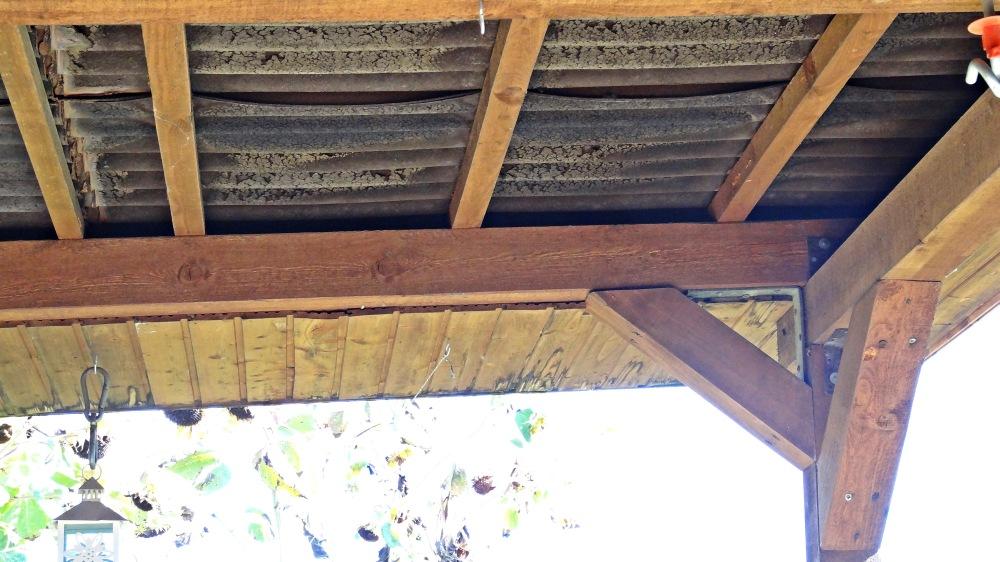 Undichtes, leckendes altes Dach von unten