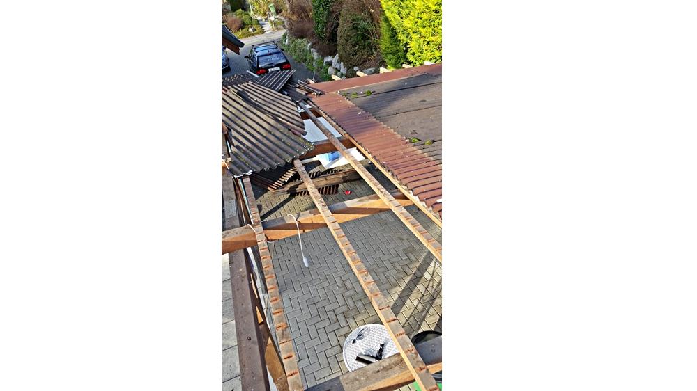 Hier wird die alte Dachbeplankung abgerissen und entsorgt