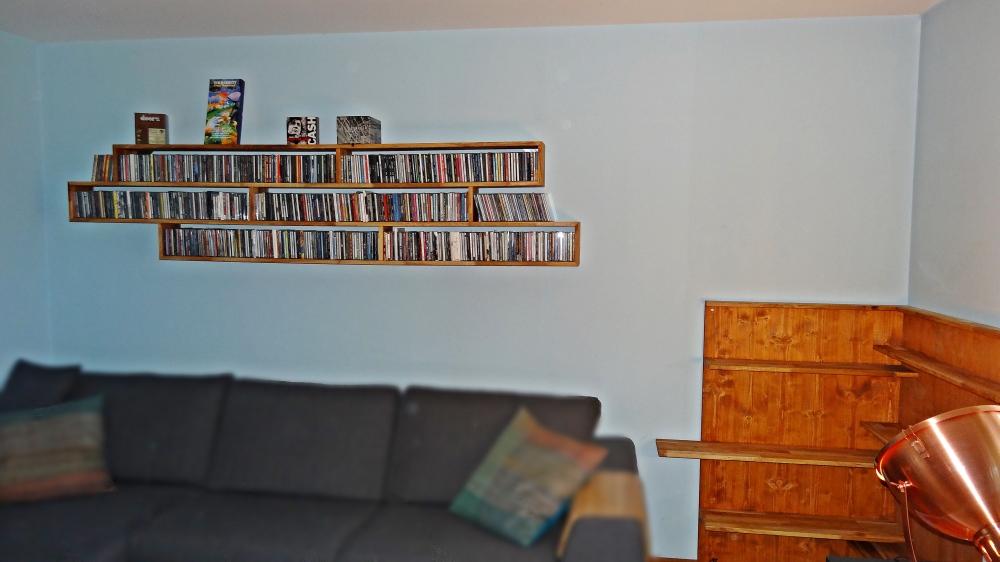 Wandregal befüllt CD's