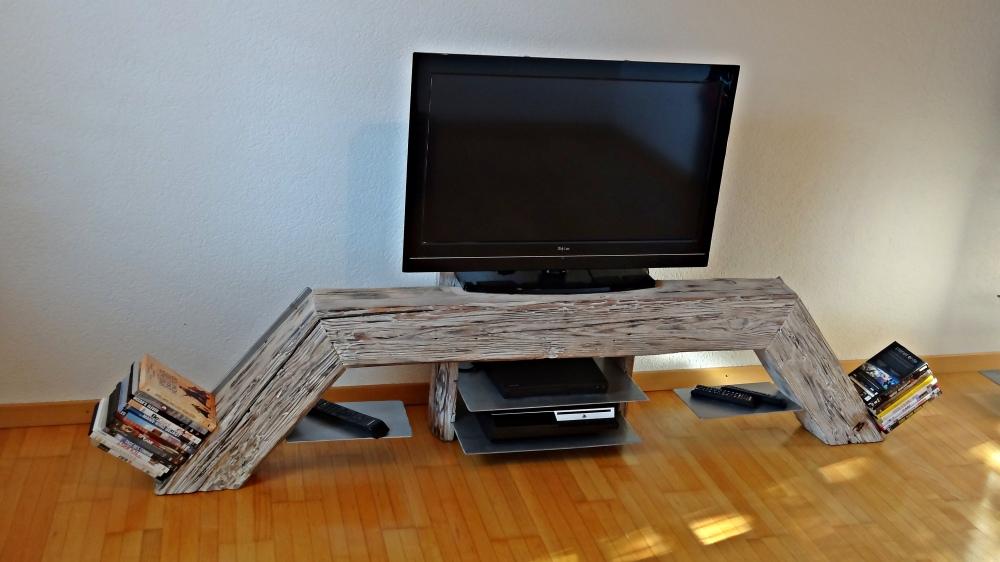 TV-Möbel mit anscheinend fliegenden Tablaren