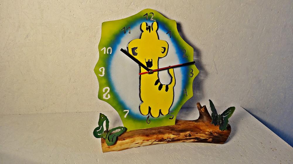 Kinder-stell-Uhr Monster. Aus Holzast und Stahl, verziert mit Sommervögeln