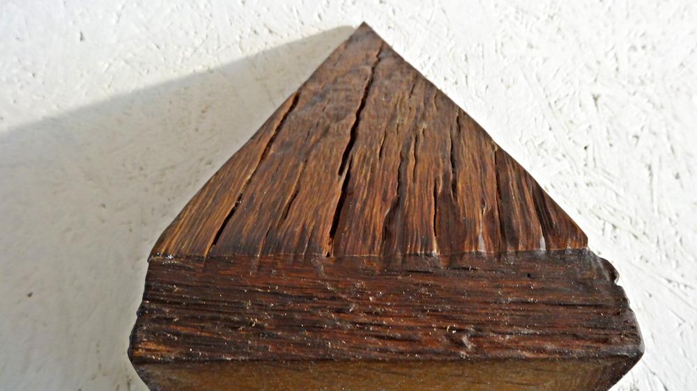 Das Eichenholz ist sehr alt und bestens verarbeitet
