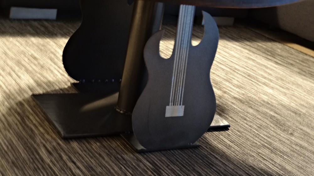 Sockel mit Stahlgitarren