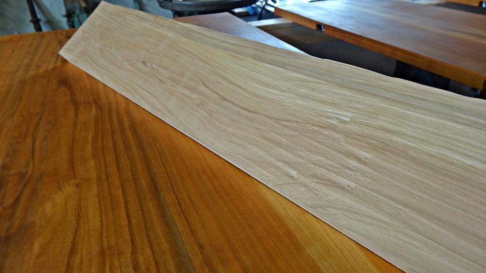 Rohes Tischbein auf geöltem Tischblatt