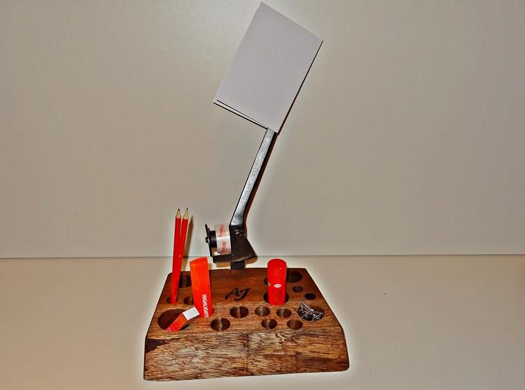 Der Block mit Kleberollenhalter und fixem Brieföffner, kann auch mit Magneten und Büroklammern bestückt werden. Ganz wie Mann/Frau will.