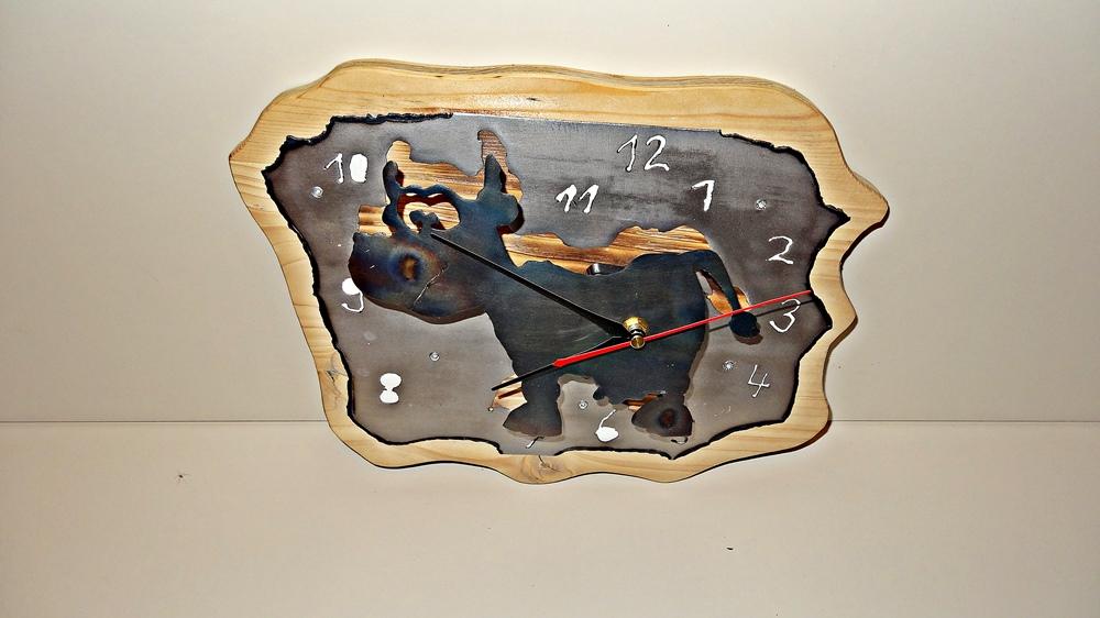 Wanduhr Kuh. Holzträgerplatte, Zifferblatt und vorgesetzte Kuh aus Stahlblech