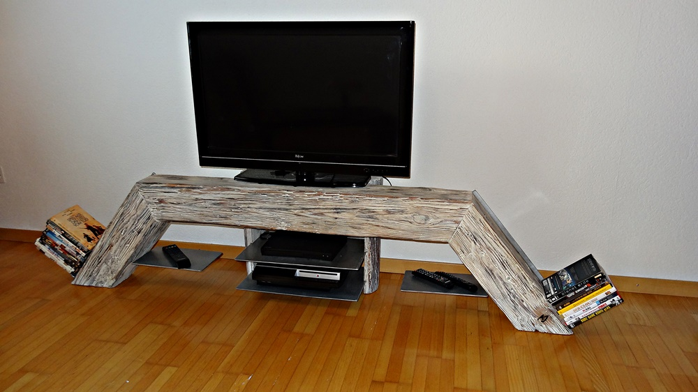 Altholz-TV-Möbel mit anscheinend fliegenden Tablaren