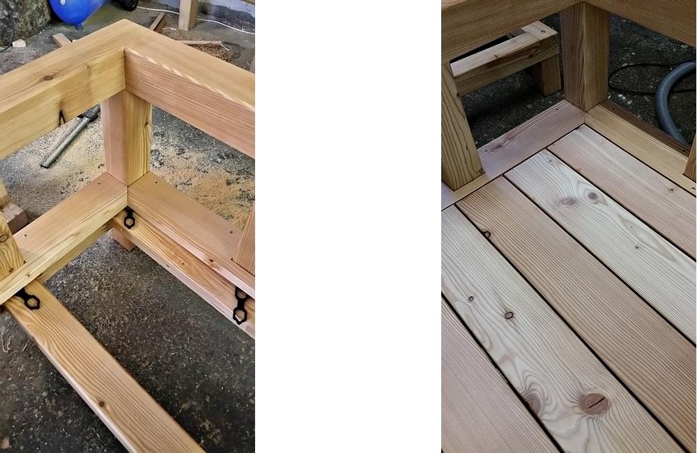 Das Deck ist mit Abstandhaltern vom Grundgestell abgehoben, um eine optimale Unterlüftung und Trocknung des Holzes zu gewährleisten